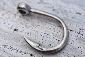 釣り針のネックレス